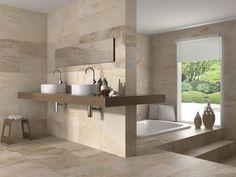 Muros de baño de Cuarcita en tonos claros de café.  Me gusta que de la apariencia de ser un lugar fresco.