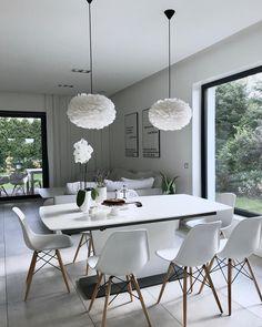 White Living! In diese schwebend leichte Schönheiten haben wir uns sofort verguckt: Leuchte EOS besteht aus echten Vogelfedern, von der jede einzeln von Hand angebracht wird. Das durch die Federn gedämpfte Licht lässt die Leuchte des dänischen Labels Vita in einem wunderschönen warmen Licht erstrahlen. // Wohnzimmer Esszimmer Sofa Esstisch Stühle Leuchte Weiss Deko Ideen #EsszimmerIdeen #Wohnideen #Leuchten @me_and_design