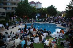 El deck de la pileta del Marcín repleto de gente en #ConciertosenelBosque. Más de 400 personas anoche (16/1).