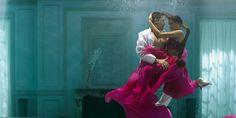 Kusmi Tea révèle son deuxième film, où sensualité et poésie se mêlent autour de Sweet Love, fruit d'une brûlante rencontre entre l'Inde et la Chine, un mélange envoutant comme le thé noir, épicé comme le poivre rose, fort comme le guarana et doux comme la réglisse.  Un ballet onirique qui fait naître l'émotion et le désir ! Ballet, Aurora Sleeping Beauty, Disney Princess, Recherche Google, Disney Characters, Comme, Advertising, Photos, Pepper