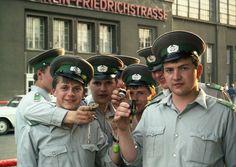 Staatsorgane der DDR in Ost-Berlin 1987: Als Carsten Gehner 1987 als Westdeutscher einen Tagesbesuch in Ost-Berlin machte, sah er auf seinem Weg zurück zu den Grenzkabinen in den Westen diese Gruppe von Uniformierten. Überraschenderweise stimmten sie zu, ein Foto zu machen.