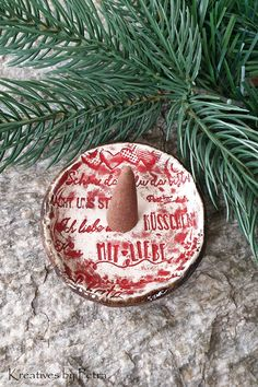 kleine Schalen für Räucherkegel aus Keramik...von kreativesbypetra #Keramik #ceramik #ton #töpfern #töpferei #DIY #handmade #handgefertigt #Handwerk #kunstwerk #Unikat #geschenk #present #pottery #schale #räucherschale #räucherkegel #Glasur #glaze #glasurbrand #Esoterik #spirituell #Spiritualität #duft #düfte #botz #plattentechnik #liebe #love #herz #heart #kuss #kiss #smoke #holysmokers #tray Christmas Ornaments, Holiday Decor, Home Decor, Mosaics, Artworks, Handmade, Creative, Gifts, Decoration Home