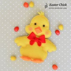 An adorable little Easter chick made from felt. Free pattern and full tutorial.