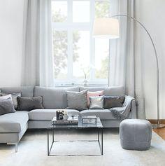 »Simple Chic « Geradlinige Möbel sowie Weiß und Grau in allen Schattierungen bilden die Basis.