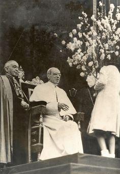 S.S. Pio XII riceve un omaggio floreale da una giovane ragazza. Papa Pacelli fu un grande estimatore di Padre Pio e lo difese sempre