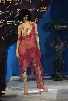John Galliano Fall 1997 Ready-to-Wear Fashion Show - Stella Tennant Vogue Fashion, Runway Fashion, Fashion Show, High Fashion, Whimsical Fashion, Vintage Fashion, Vintage Dior, Lingerie Uk, Divas