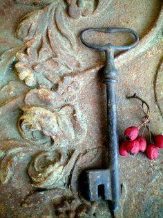 Old key with blue rusted patina Antique Keys, Vintage Keys, Vintage Stuff, Under Lock And Key, Key Lock, Knobs And Knockers, Door Knobs, Photo Deco, Windows