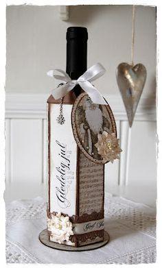 Gro's kort og sånnt: Jul.... Wrapped Wine Bottles, Wine Bottle Tags, Wine Bottle Covers, Wine Tags, Bottle Box, Wine Bottle Crafts, Gift Wrapping Bows, Wine Gift Boxes, Gift Box Packaging