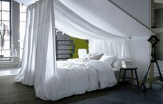 Dachschräge einrichten: mehr Platz zum Wohnen A bed with white sheets under a sloping roof. With white yard goods, which are attached to the ceiling, a bed canopy is created. Slanted Ceiling Bedroom, Slanted Walls, Bed Under Sloped Ceiling, Attic Bedroom Ideas Angled Ceilings, Ceiling Canopy, Cosy Bed, Diy Canopy, Fabric Canopy, White Sheets