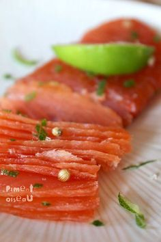 Gravlax of salmon with lime and coriander - Isabelle Giraudo - - Gravlax de saumon au citron vert et à la coriandre Gravlax of salmon with lime and coriander Raw Food Recipes, Seafood Recipes, Healthy Recipes, Fish And Meat, Fish And Seafood, Tartare Recipe, Marijuana Recipes, Food Porn, Salty Foods