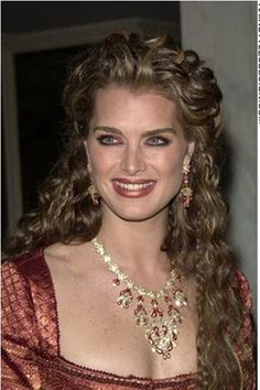 See the best hairstyles of Brooke Shields on the images below and get inspired for your own. Brooke Shields, Beautiful Old Woman, Most Beautiful Women, Beautiful Celebrities, Beautiful Actresses, Female Celebrities, Celebs, Divas, Linda Evans