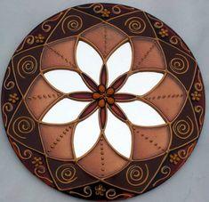 Mandala em espelho de 15cm, pintura vitral, decorado com tinta relevo dourada e pedrinhas coloridas.  Mandala em sânscrito significa círculo. São veículos para o religamento da nossa consciência com o Todo Universal, do qual fazemos parte.  As Mandalas além de decorativas servem para imprimir energias e trazer beleza ao ambiente em que se encontram.  O espelho é considerado um das 9 curas do Feng Shui. É usado para auxiliar na circulação da energia CHI em um ambiente. São muito apreciados…