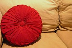 four square walls: tutorial: how to make a round pintuck pillow