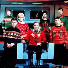 Nichelle Williams (Uhura) e George Takey (Sulu). Em baixo DeForest Kelley (Dr McCoy), William Shatner (Capitão Kirk) e Leonard Nimoy (Spock) Star Trek Original, Star Wars, Star Trek Tos, My Sun And Stars, Love Stars, Ugly Sweater, Ugly Christmas Sweater, Holiday Sweaters, Foto Fails