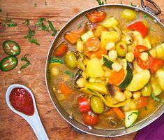 En äkta tagine lagas traditionellt i en speciell nordafrikansk lergryta. Här är en snabblagad vegetarisk variant med goda grönsaker, kikärtor och gröna oliver som blir minst lika god! Servera med fluffig couscous och gärna en het sås på med harissa.