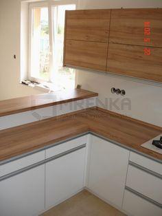 Drevovýroba Mrenka: Biela lesklá kuchyňa v kombinácií orech pacifik prírodný - Mojš