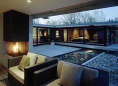 nowoczesny dom w szwecji, prosty kominek narożny, fotel,  parterowy dom, minimalistycz dom