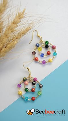 Beebeecraft Tutorials on how to make earrings with colorful gemstonebeads and glassbeads Ear Jewelry, Bead Jewellery, Jewelry Crafts, Jewelry Bracelets, Jewelry Accessories, Jewellery Making, Motifs Perler, Handmade Wire Jewelry, Earrings Handmade