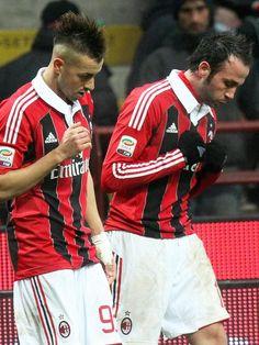 Giampaolo Pazzini (r) und Stephan El Shaarawy tanzen nach einem Tor ihres AC Mailand beim 2:1-Sieg gegen den FC Bologna. (Foto: Matteo Bazzi/dpa)