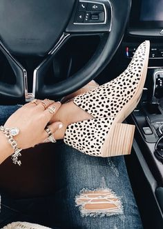 Leopard Printed Chunky Heel Pointed Toe Ankle Boots Leopard Printed Chunky Heel Pointed Toe Ankle Boots # Related posts:On Cloudstratus Schuhe Herren schwarz OnOnAsics Damen Laufschuhe Crazy Shoes, Me Too Shoes, Heeled Boots, Shoe Boots, Women's Shoes, Shoes Style, Shoes Sneakers, Flat Shoes, Casual Shoes