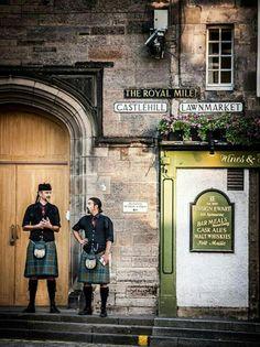 Edimburgo, Escocia. Donde la historia confluye con la faceta cosmopólita de una ciudad situada en un marco incompable. Descubre en Los Lothians, a las afueras de la ciudad, imponentes paisajes, una arquitectura espectacular, buena gastronomía y bellos bosques y costas. Capital mundial de los festivales. Patrimonio de la Humanidad de la UNESCO con atractivos turísticos de primera y fantásticas actividades al aire libre, Edimburgo y Los Lothians es un destino que todo el mundo debería visitar…