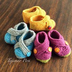 Zapatitos cruzados tejidos en dos agujas o palitos para bebés (en 3 tallas!).El paso a paso ya está en nuestra página web: www.tejiendoperu.com