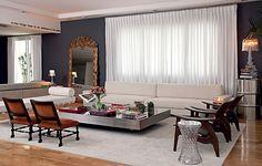 A designer de interiores Roberta precisou comprar quase tudo novo para o apartamento, bem maior que o anterior. Mas a sala tem peças de valor afetivo, como as poltronas, herdadas de uma tia-avó, e o espelho do século 16, presente de Bya Barros