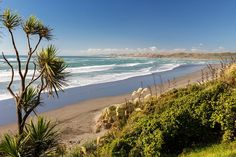 Looking for the perfect waves to learn surfing? Look no further than Ngarunui Beach in Raglan, New Zealand. Image by Florian Bugiel / CC BY-SA 2.0