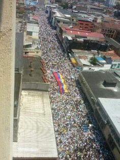 Marcha en San Cristóbal 7ma av #Táchira #SeguidElEjemploQueElTáchiraDio #22f pic.twitter.com/wAfe7L8kfk