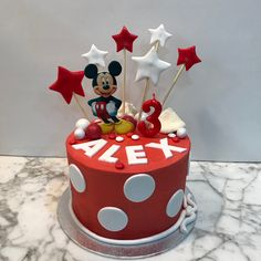 Tarta buttercream Mickey Mouse, topos y estrellitas. Mickey Mouse Birthday Cake, Desserts, Food, Fondant Cakes, Lolly Cake, Candy Stations, One Year Birthday, Tailgate Desserts, Deserts