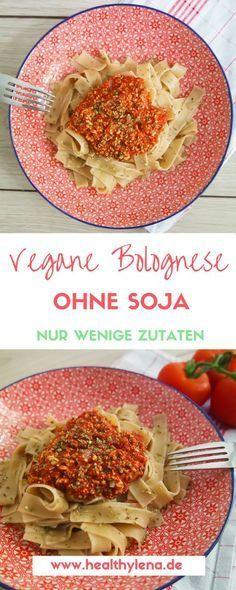 Vegane Bolognese ist ein echter Klassiker unter den veganen Gerichten. Ich würde fast sagen, dass es sich dabei um eine der am meisten imitierten Gerichte handelt. Das ist gar nicht so verwunderlich, denn eine vegane Bolognese mit Pasta ist einfach super leicht herstellen und schmeckt eigentlich jedem. Dieses Rezept kommt ganz ohne Soja oder Nüsse aus: vegan, glutenfrei & lecker.