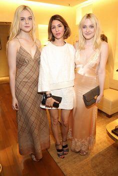 Na terça-feira (01) vimos aqui fotos de Dakota Fanning com a irmã, Elle, em uma festa de Louis Vuitton em Paris. As irmãs estão na França participando da badalada semana de moda. A gente traz agora mais fotos delas super elegantes no evento: