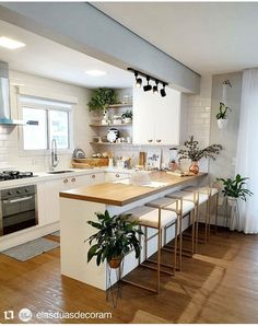 Beautiful kitchen, super clean and open concept! Loved the bench and the plants . Kitchen Room Design, Modern Kitchen Design, Home Decor Kitchen, Kitchen Living, Interior Design Kitchen, Kitchen Furniture, New Kitchen, Home Kitchens, Kitchen Ideas