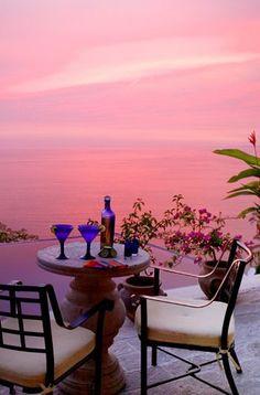 Pink sunset at Puerto Vallarta, à Mexico est une ville de l'État mexicain du Jalisco. Elle se situe dans la Bahía de Banderas sur l'océan Pacifique. La ville est un grand port et une destination touristique mexicaine