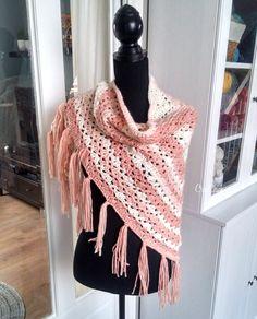 Omslagdoek haken roze en wit met zeeman garen Rachel. Gratis patroon. Crochet triangle shawl. Free pattern.