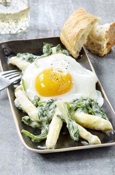 Wok d'asperges aux épinards et oeuf au plat