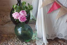 Detalle de la decoración del zaguán del Palacio de Hoyuelos en la boda de T&A #PiccoleandCoccole #Bodasbonitas #peonias #damajuanas