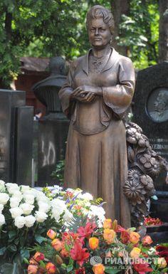 Спустя три года после кончины Людмилы Зыкиной на Новодевичьем кладбище открылся памятник в честь певицы