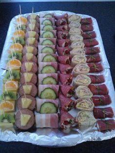 josefina guerra's media statistics and analytics Nice food trays for party Party Food Platters, Food Trays, Party Finger Foods, Snacks Für Party, Savory Snacks, Yummy Snacks, Cooking Recipes, Healthy Recipes, Food Decoration