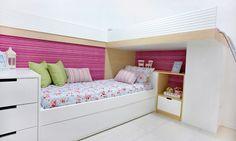 Pequenos ambientes | Quarto para três: O espaço sob a cama elevada é aproveitado para a cabeceira da outra cama, nichos e um armário. Sob a cama de baixo, ainda há uma bicama. Isso porque nesse quarto dormem as três irmãs. O móvel de MDF que compõe as camas, armário e gaveteiro foi a forma de possibilitar que os pequenos 9,5 m² do quarto pudessem receber as três com conforto e estilo. Projeto de Cintia de Queiroz