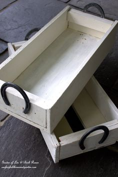 Horse-Shoe Handled Boxes ~ Easy DIY that uses reclaimed wood and horseshoes!  http://ourfairfieldhomeandgarden.com/horseshoe-handled-herb-box/