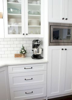 4 Aligned Clever Tips: Kitchen Remodel On A Budget Fixer Upper farmhouse kitchen remodel french country.Kitchen Remodel Before And After Wood all white kitchen remodel.Mobile Home Kitchen Remodel On A Budget. Farmhouse Kitchen Cabinets, Farmhouse Style Kitchen, Modern Farmhouse Kitchens, Kitchen Cabinet Design, Kitchen Redo, Kitchen Styling, New Kitchen, Home Kitchens, Kitchen Ideas
