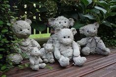 In den Dörfern und in Koto: Beton betäubt - Zement Craft Cement Art, Concrete Crafts, Concrete Garden, Concrete Planters, Garden Crafts, Garden Projects, Garden Ideas, Old Teddy Bears, Concrete Sculpture