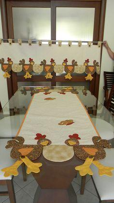 Bandô, mais caminho de mesa Chicken Quilt, Chicken Bird, Quilting Projects, Sewing Projects, Projects To Try, Patch Quilt, Applique Quilts, Home Decor Fabric, Fabric Crafts