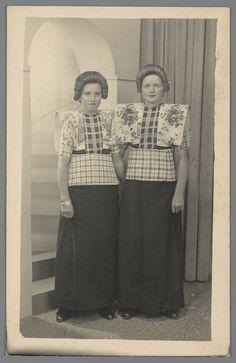 Vrouwen in dracht uit Bunschoten-Spakenburg - circa 1950 - 1960 Traditional Dutch costume #Utrecht #Spakenburg