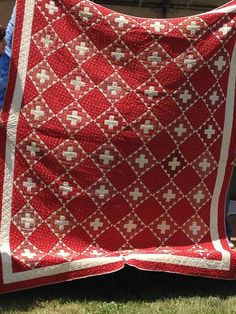 2 colors, granny square and solid alternating on point Old Quilts, Antique Quilts, Vintage Quilts, Amish Quilts, Laundry Basket Quilts, Two Color Quilts, Red And White Quilts, Textiles, Quilting Projects