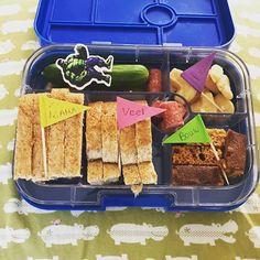 Veel bouw plezier! Staat er op de vlaggetjes van de #lunchtrommel . Vandaag begint bij ons de #kindervakantieweek en ze mogen eenhuizig van pallets timmeren. Dus die hulk in de #broodtrommel is ook wel een beetje nodig 😉. Fijne dag allemaal!   #cecielmaakt #funfoodsforkids #dutchbento #lunchmeteenlach