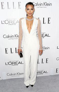 NAYA RIVERA  En un jumpsuit blanco con pronunciado escote y mangas perforadas de la colección de primavera 2014 de Pamella Roland, la estrel...