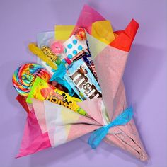 Candy bouquet for Mother's Day! Candy bouquet for Mother's Day! Candy Bouquet Diy, Food Bouquet, Gift Bouquet, Money Bouquet, Sweet Bouquets Candy, Birthday Candy, Diy Birthday, Birthday Gifts, Candy Bouquet Birthday