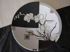 Ikébana noir/blanc Painted Ceramic Plates, Painted Glass Vases, Ceramic Birds, Ceramic Painting, Ikebana, Pottery Painting Designs, Porcelain Ceramics, Porcelain Doll, White Porcelain